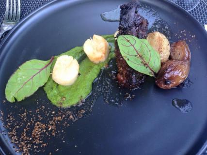 Oosters gelakt Simmentaler Ribvlees met Sint-Jacobsvruchten, geconfijte sjalot en zalf van tuinbonen.
