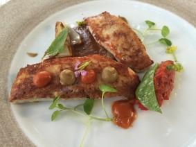 Gebakken vis, asperges, krokante aardappelen en choronsaus